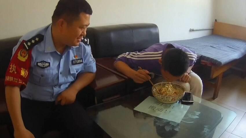 为气母亲14岁少年离家出走600公里 聊城警方暖心看护帮其团圆