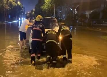 威海:突降大雨 多車被困 消防緊急救援