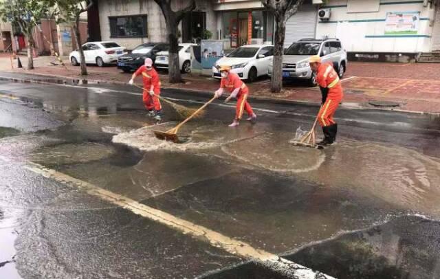 還市民潔凈街景!威海環翠區雨后清理忙