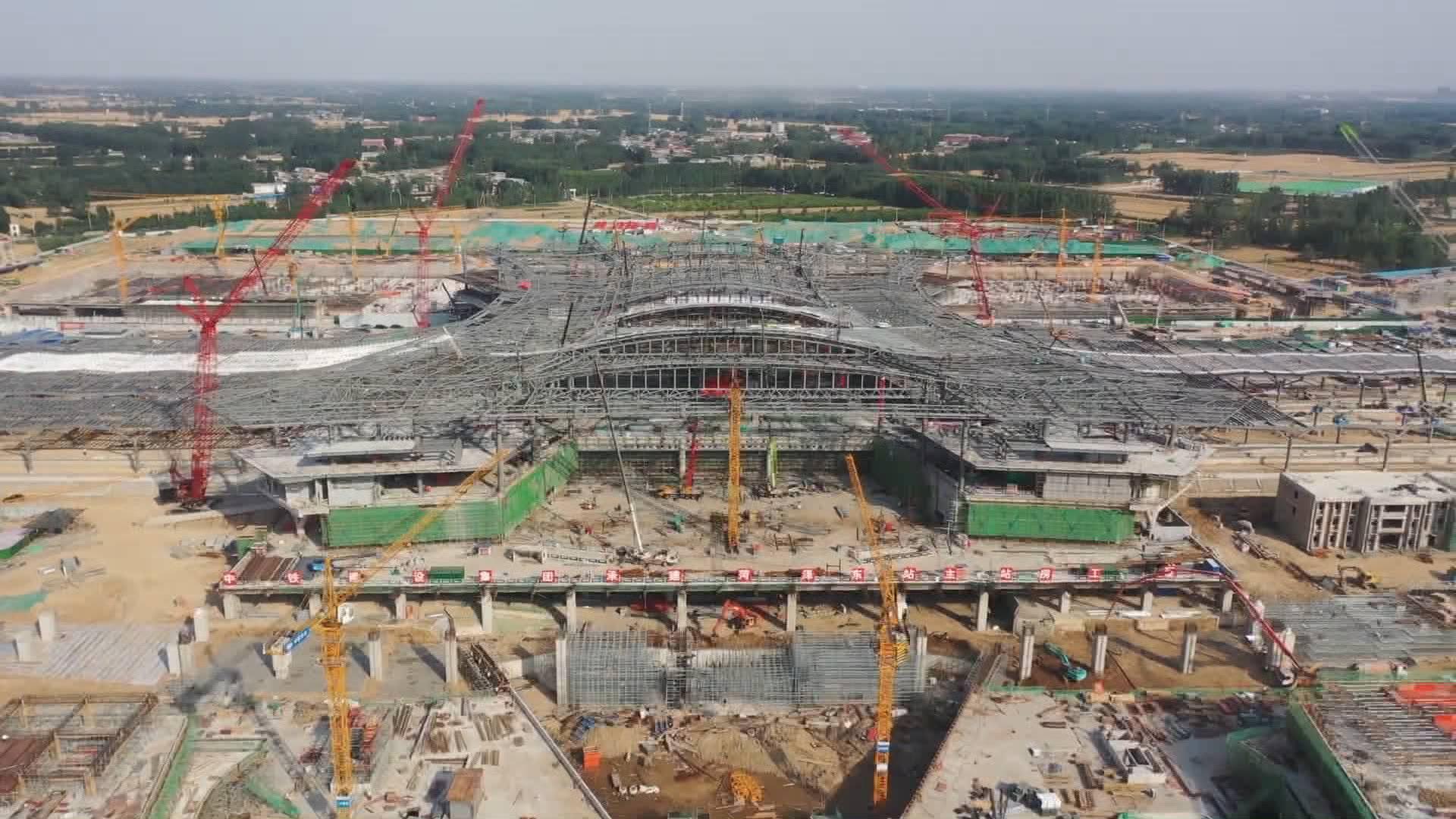 封顶了!菏泽东站钢结构网架从开工到完成仅用时80天,鲁南高铁西段预计10月底前全部结束