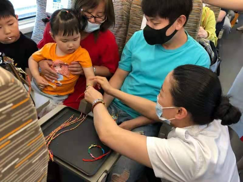 吃粽子带五彩绳 高铁上感受端午习俗