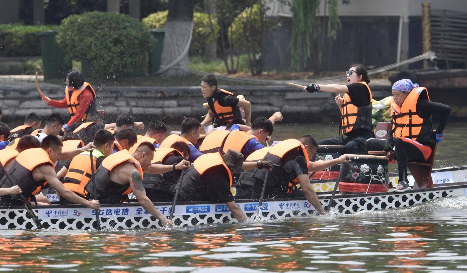 号子声、呐喊声、助威声此起彼伏!看大明湖上龙舟竞渡