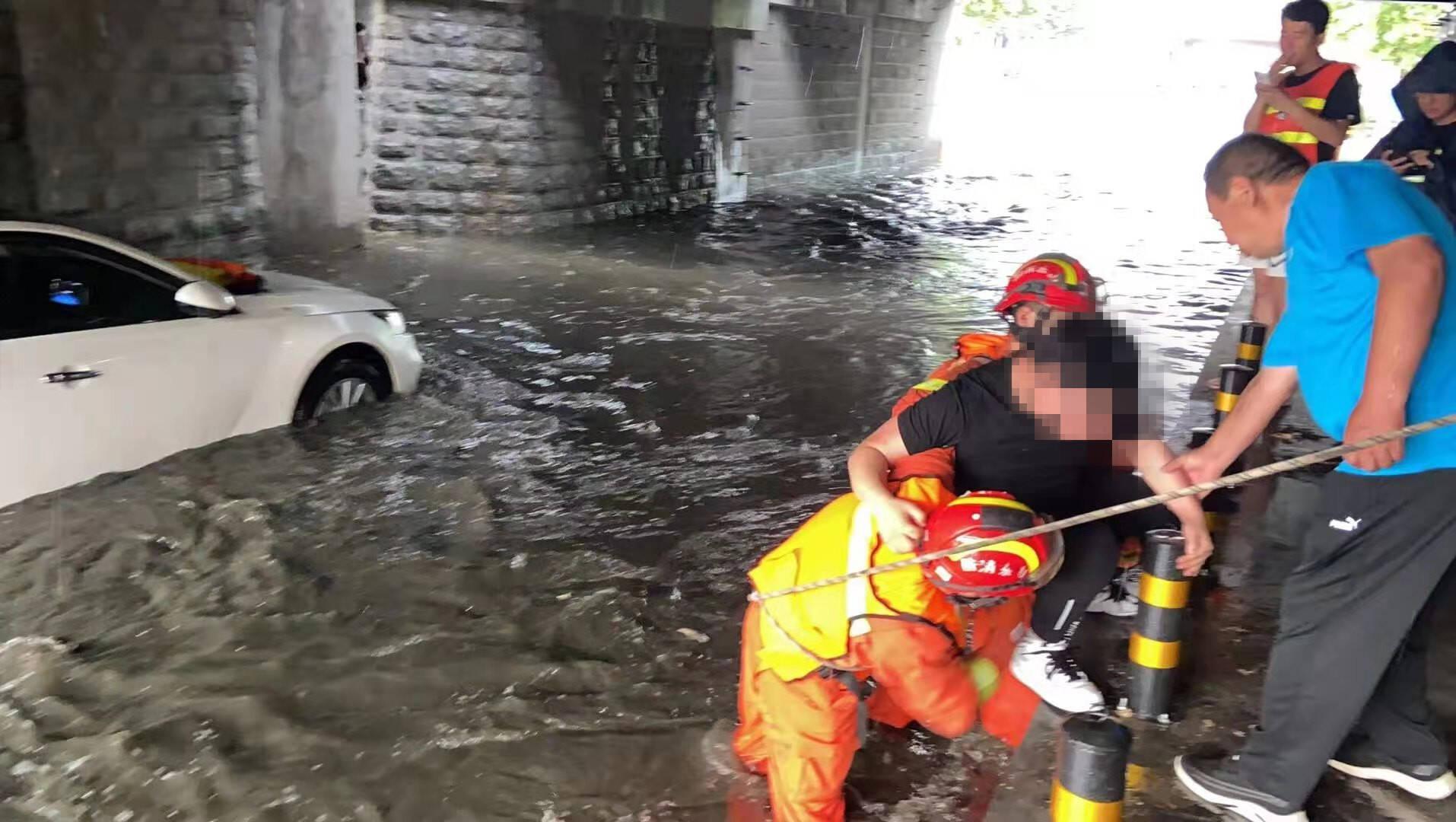 济宁邹城一汽车积水中熄火,山东这些地方降下暴雨,局地大暴雨
