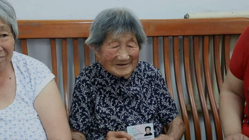 山东108岁老人主动接种新冠疫苗 身体硬朗爱遛弯无不良反应