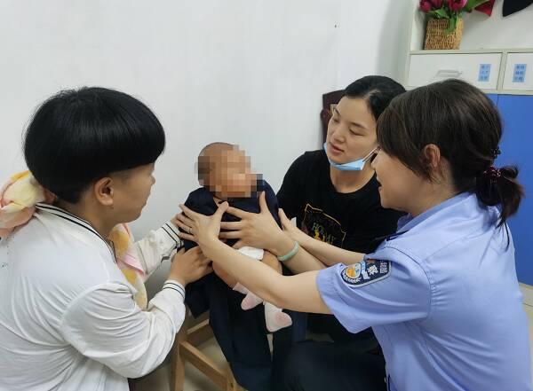"""济南历下迎来""""领证""""最小市民 43天的宝宝拍了身份证照"""