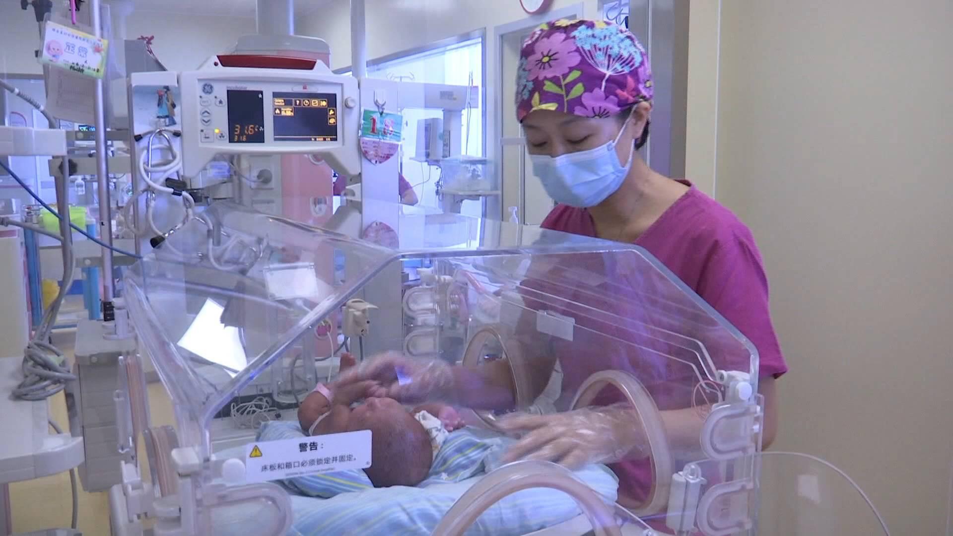 """出生时仅600克!历时3个多月,淄博""""手掌娃娃""""终于出院回家"""