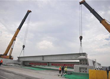 潍坊宝通街快速路涉铁路段工程项目首片箱梁架设成功