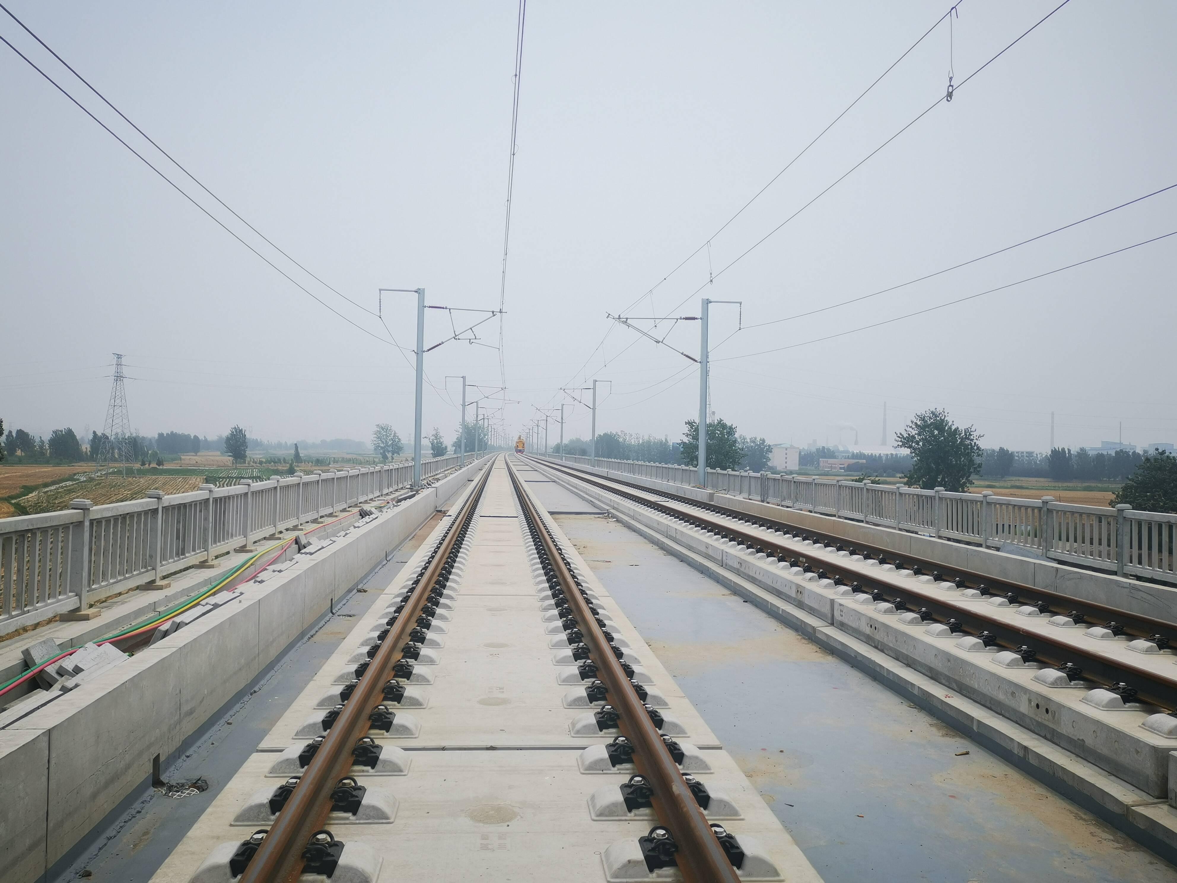 鲁南高铁菏兰段山东段铺轨通道全部打通 年底具备通车条件