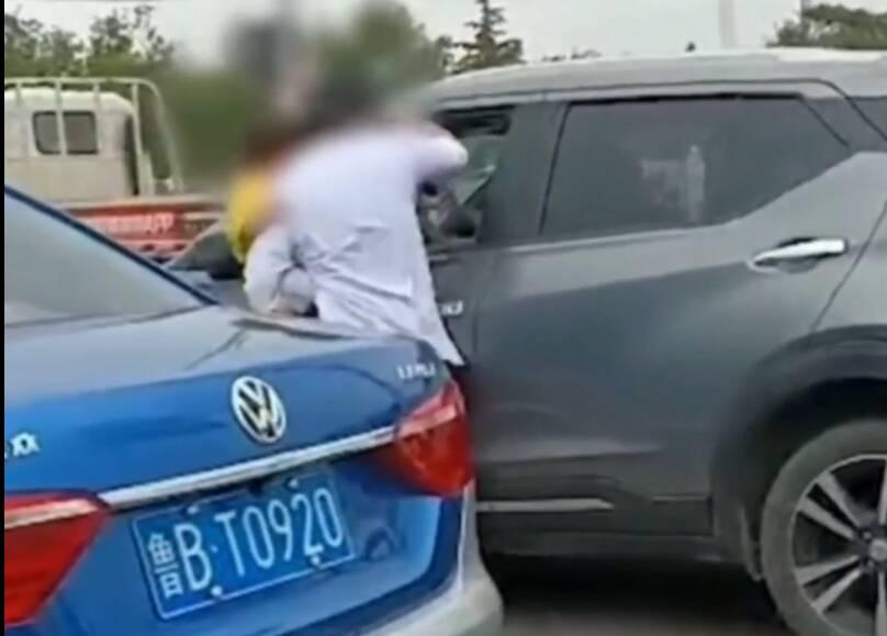 因家庭纠纷引发车辆追尾 后车女司机抱孩子持尖锐物连扎前车司机