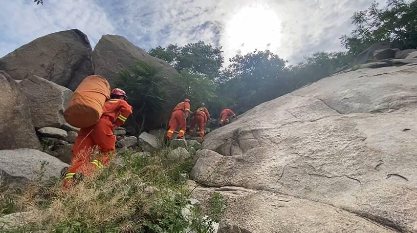 驴友登山不慎摔落 济宁消防紧急救援