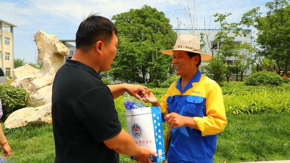 邹城市为1200名环卫工人发放降温物品
