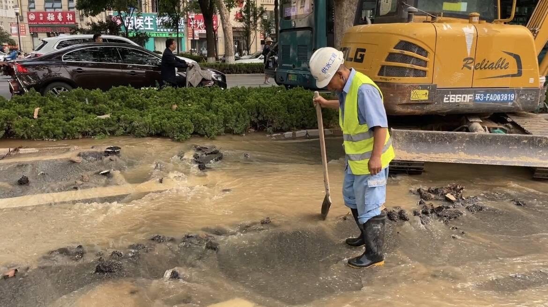 水流成河!济南堤口路突发大水 水务集团:24日中午前恢复供水
