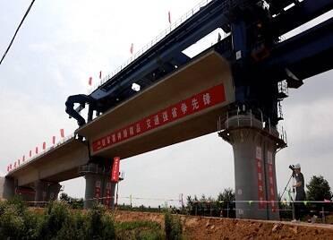 萊榮高鐵第一孔梁在威海架設成功 橋梁鋪架施工正式啟動