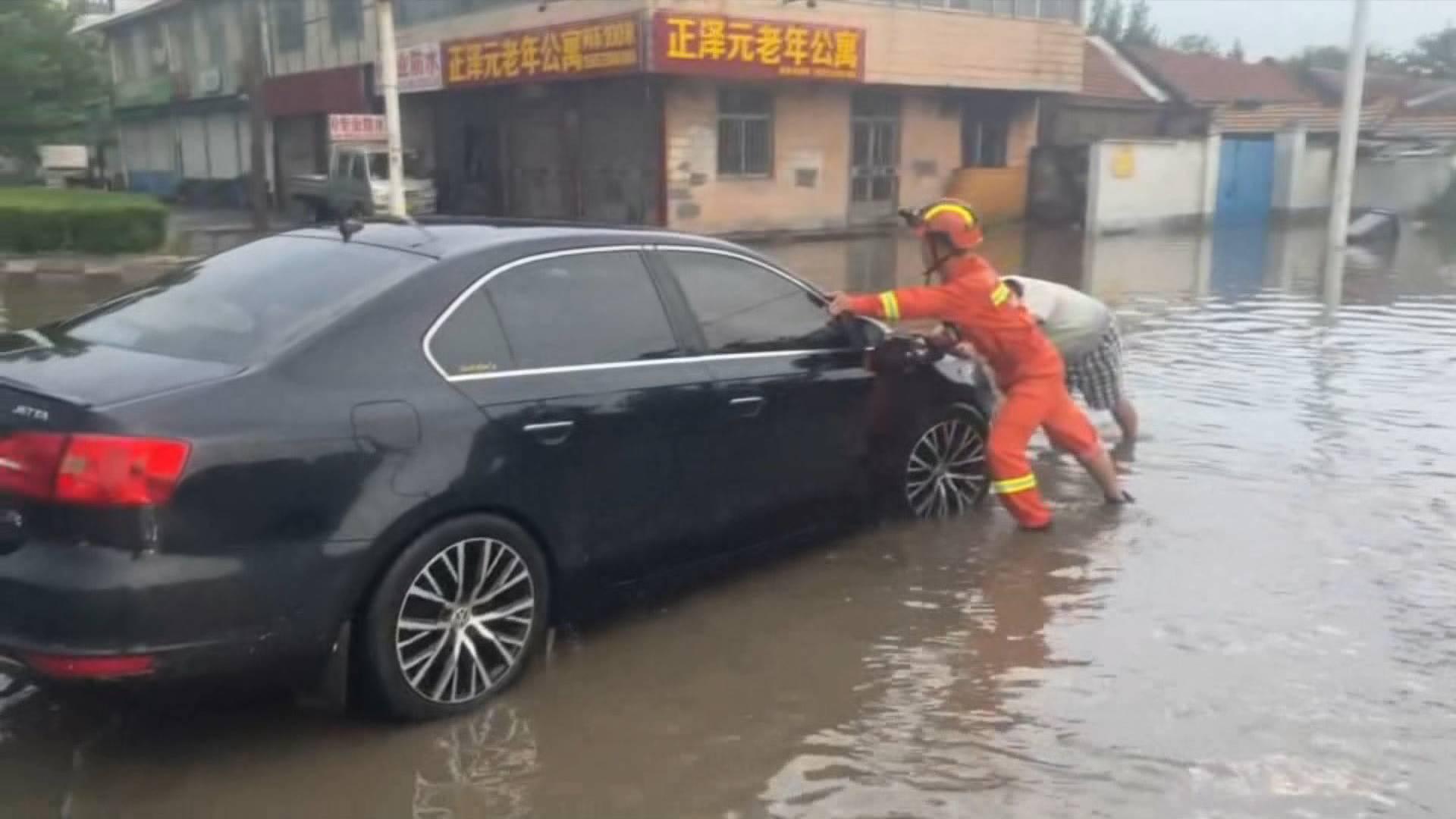 淄博突降暴雨多辆汽车积水中熄火,山东这些地方仍将有暴雨+雷电 注意防范