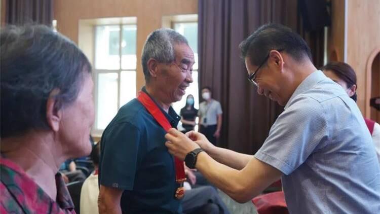 """威海市中心醫院舉行""""光榮在黨50年""""紀念章頒發儀式"""