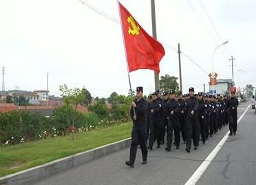 威海百余民警徒步拉練 追尋光輝足跡