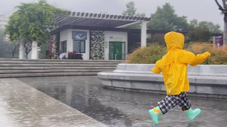 雨中游玩 興致盎然