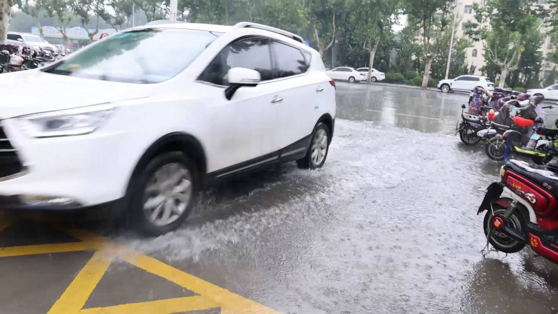 威海荣成降下大暴雨!山东东部出现大范围降雨,这些地方仍有雷阵雨+9级大风