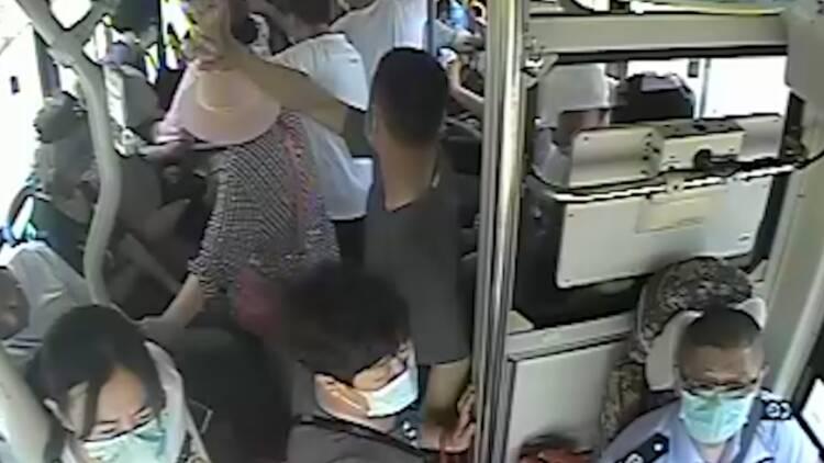 威海榮成:公交車上一女孩突然暈倒,司機和乘客合力救援