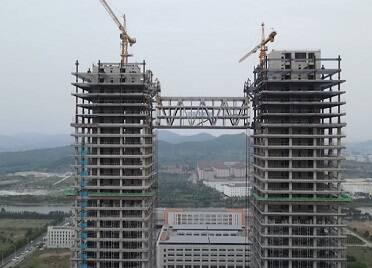 """國家(威海)創新中心項目兩座塔樓在128米高空成功""""牽手"""""""