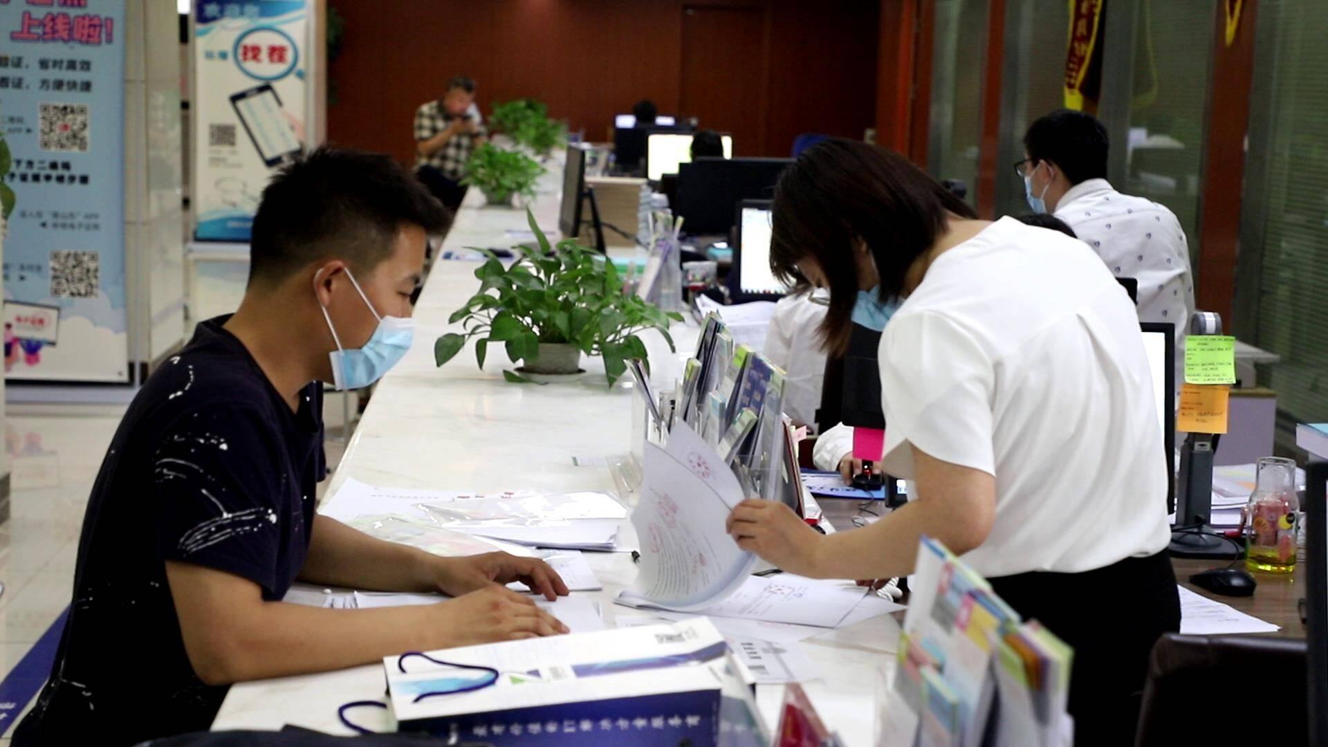 """泰安肥城""""市县同权""""改革 3家企业同时领取生产经营许可证"""