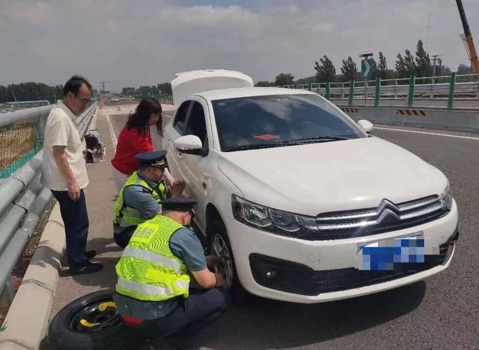 女子高速路上突遇爆胎,枣庄交通执法人员及时伸援手