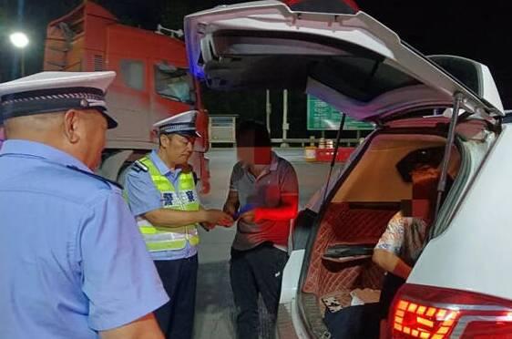 危险!探亲车辆后备箱坐上人 东营交警提醒:莫开超员车 不坐超员车