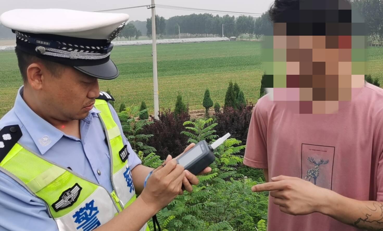 济南:小伙在高速应急车道上停车睡觉 被交警抓个正着