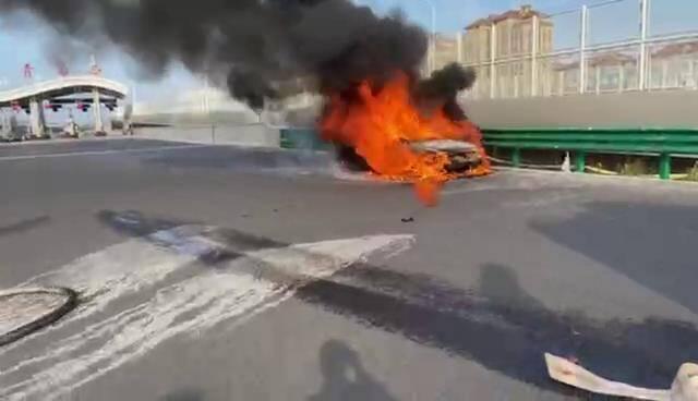 """惊险!高速上小轿车自燃并发出""""砰砰""""声响 青岛消防紧急救援"""