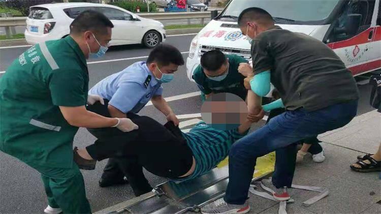 男子突然暈倒頭部血流不止 威海民警緊急救助