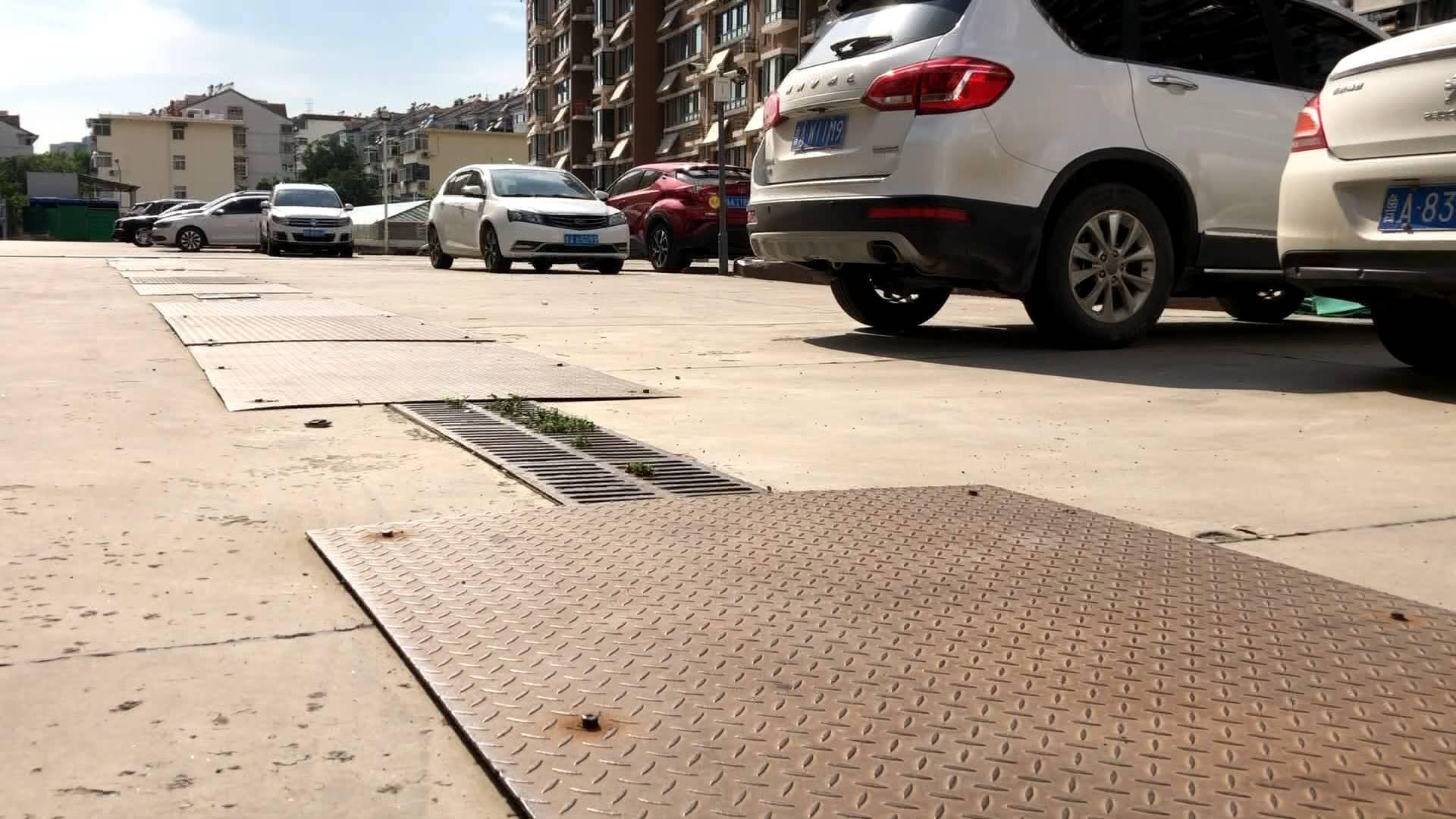 """闪电帮忙丨小区旁""""闹心""""停车场的问题初步解决:专人值守、规划车位、保证消防通道畅通"""