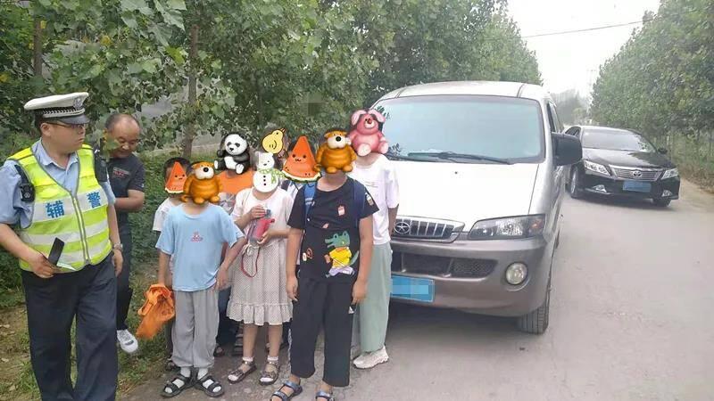 """安全万万""""挤""""不得!泰安交警查获拉载11名孩子的超员面包车"""