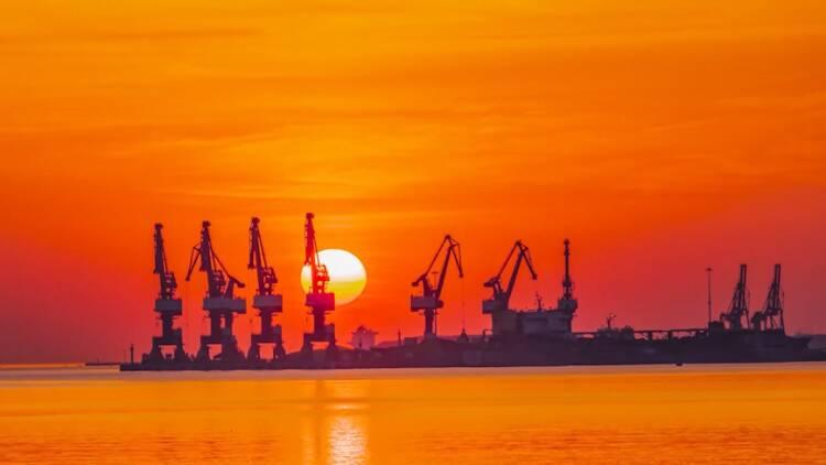 霞光灑海面 日出威海港