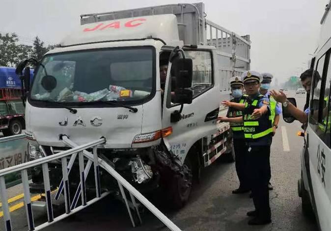 紧急救援!广饶乐安大街突发交通事故 男子被困车中