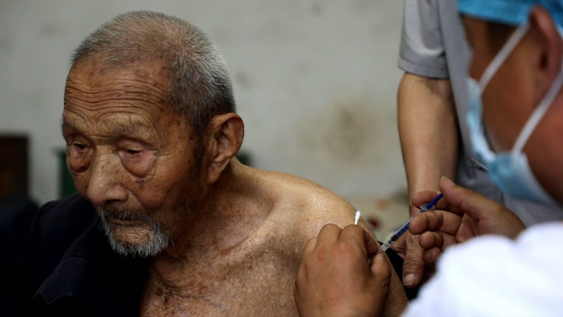"""山东105岁老人成功接种新冠疫苗: """"不疼,没感觉!"""""""