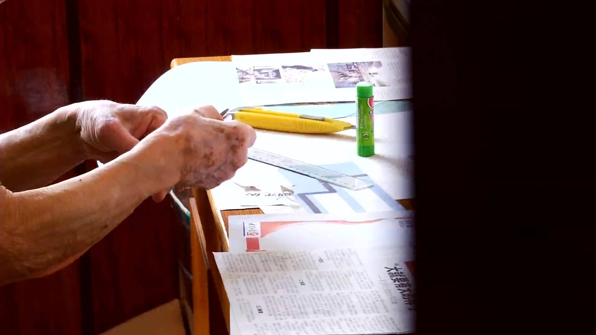 青岛86岁老人30年剪报上万份 制作1200多张剪报贴本