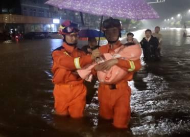 德州夏津:暴雨造成积水齐腰深 消防员抱起被困妇女、儿童徒步前行
