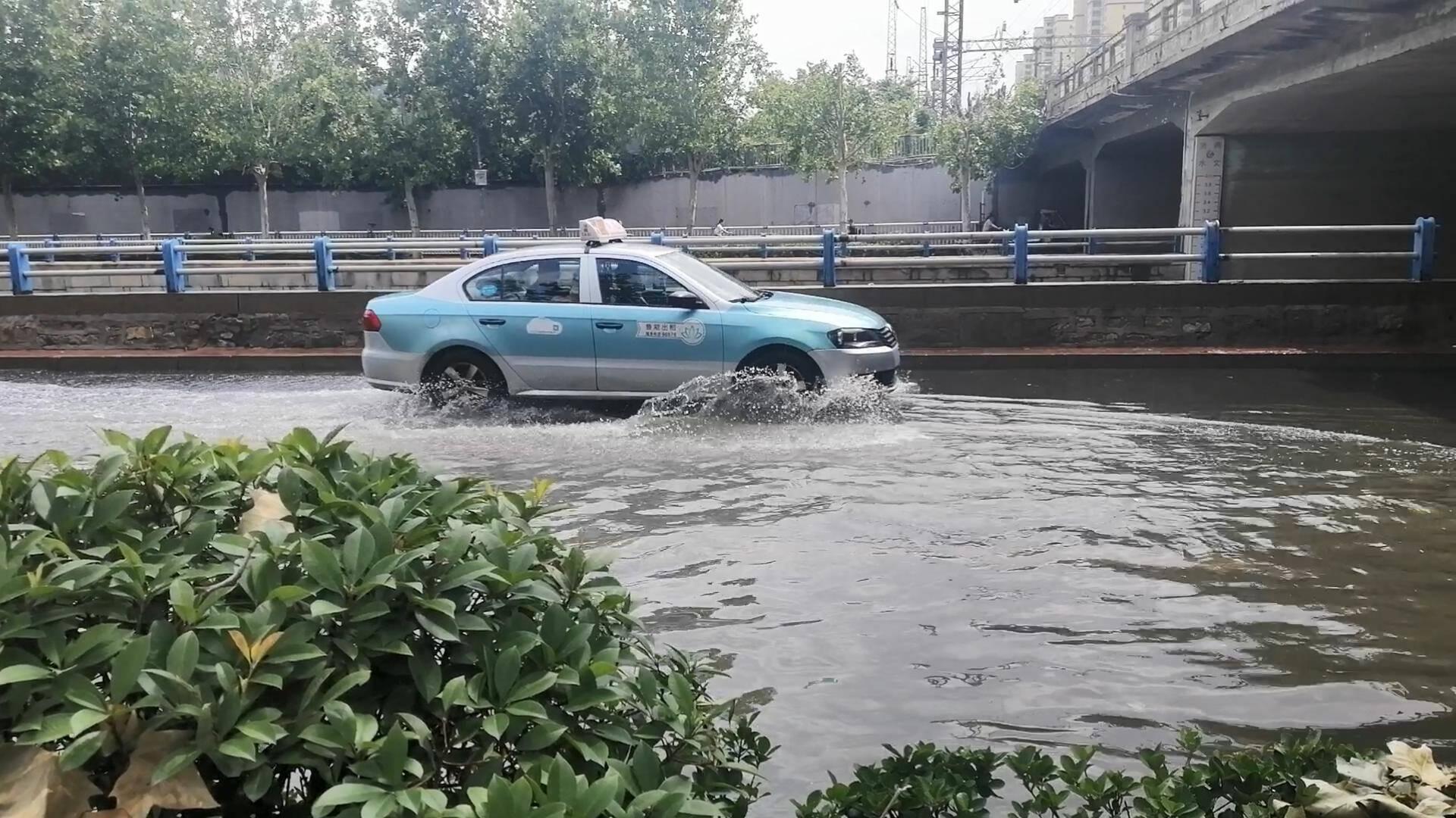 行车注意安全!济南历山路铁路桥下方路段汛期易积水