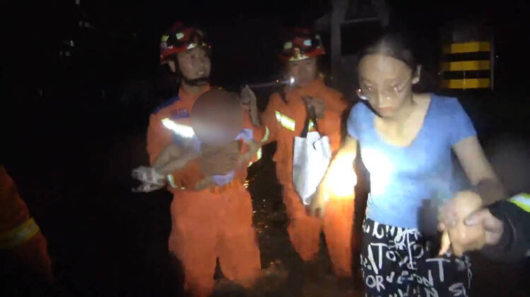 感动!暴雨中他们在齐腰深的积水中清理淤泥 抱起被困妇女儿童摸索前行