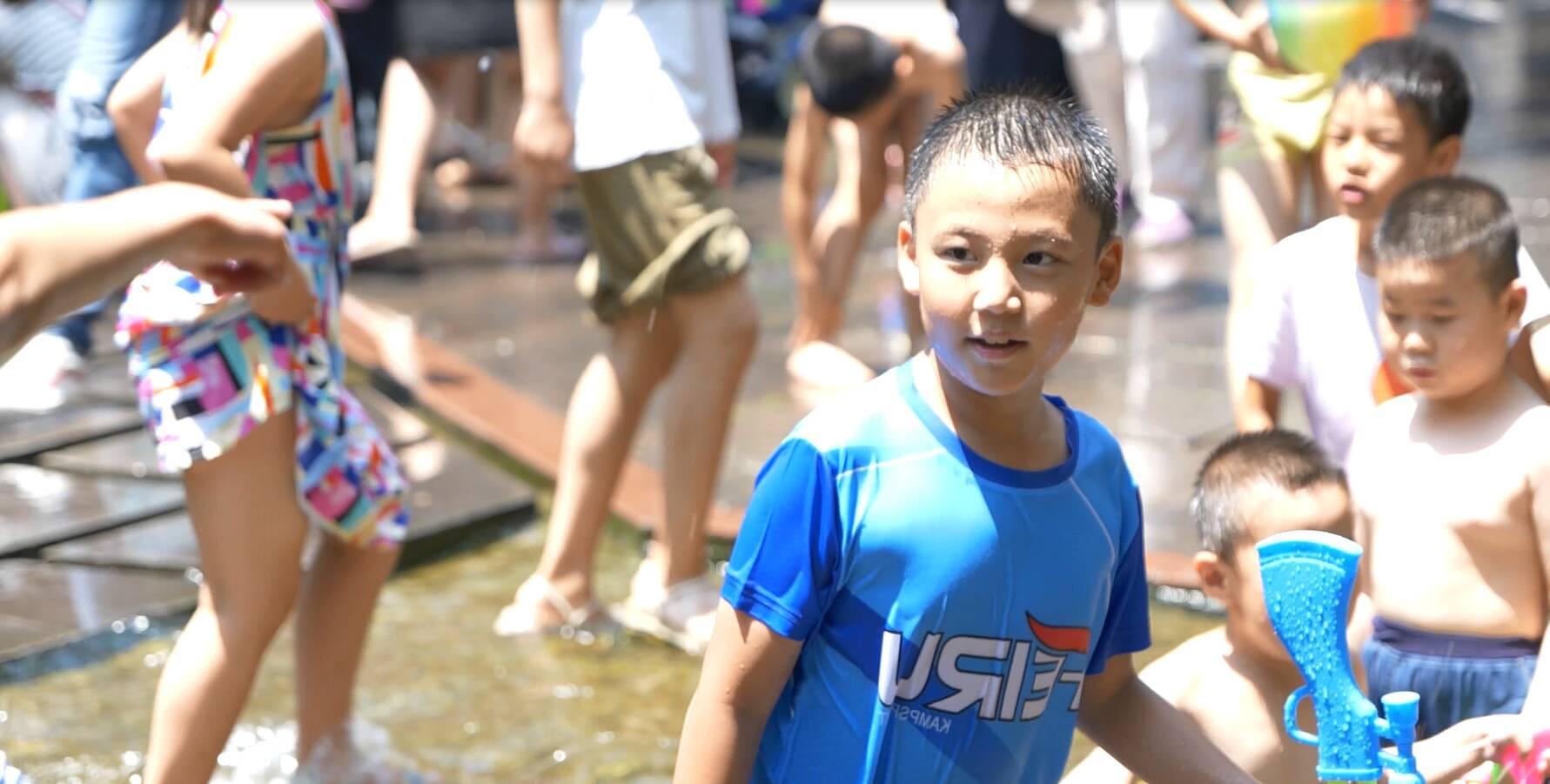 泉城济南18度恒温泉水 变成孩子的夏日游乐园