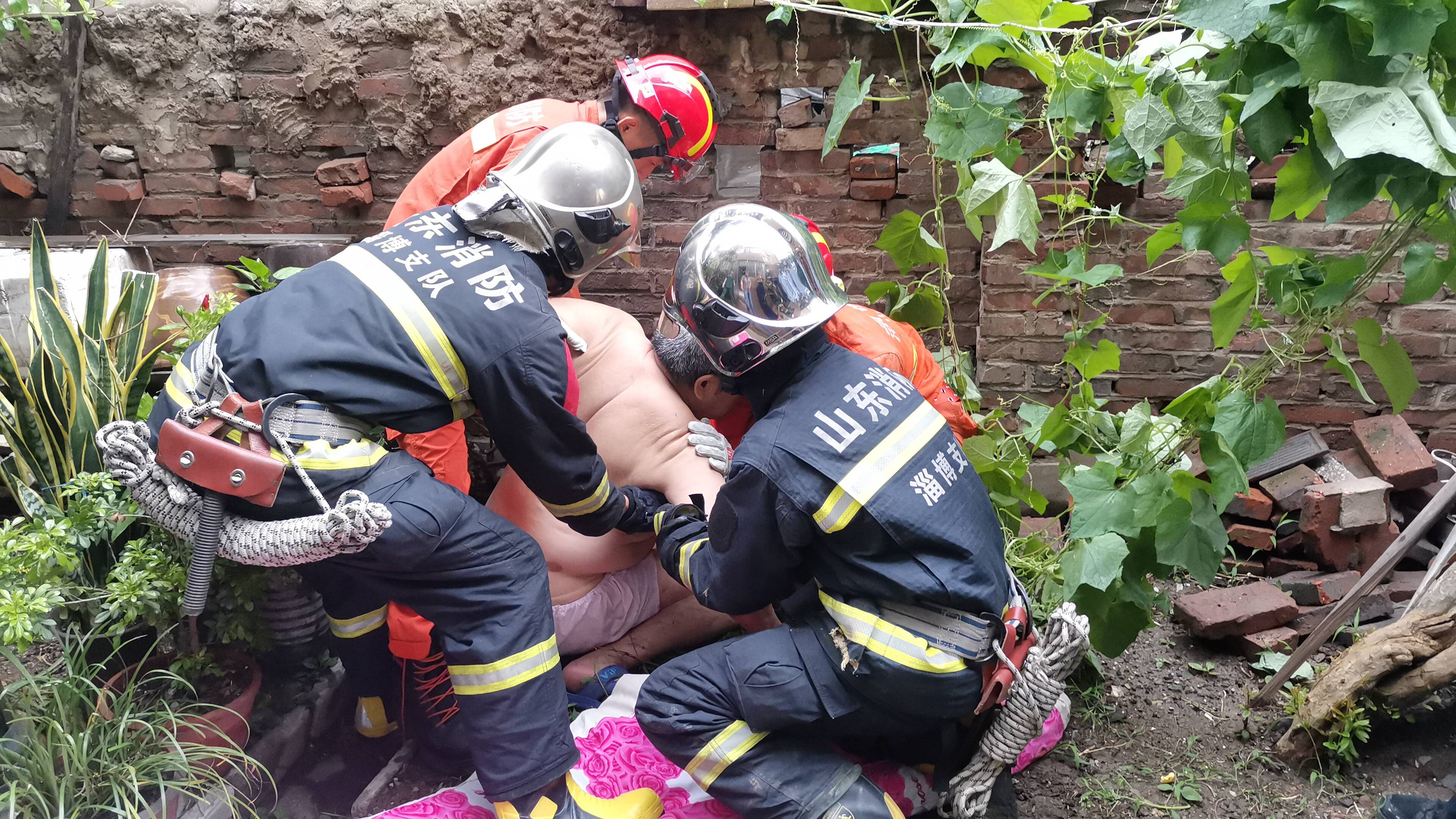 淄博:独居老人家中摔倒被困三小时 邻居报警消防救援