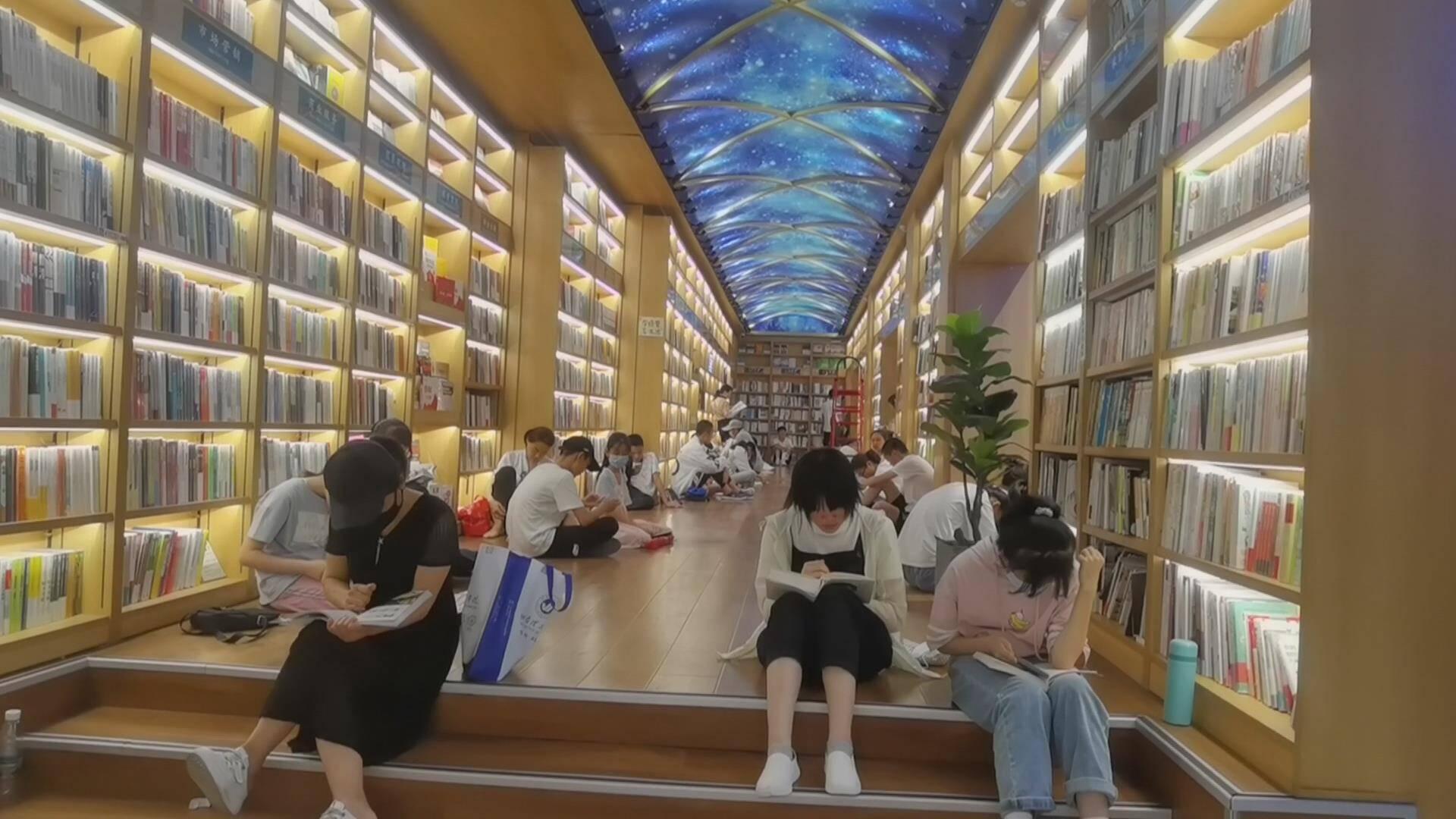 """暑期德州众多市民到书店读书""""充电"""" 客流超平日3至4倍 学生群体占7成以上"""