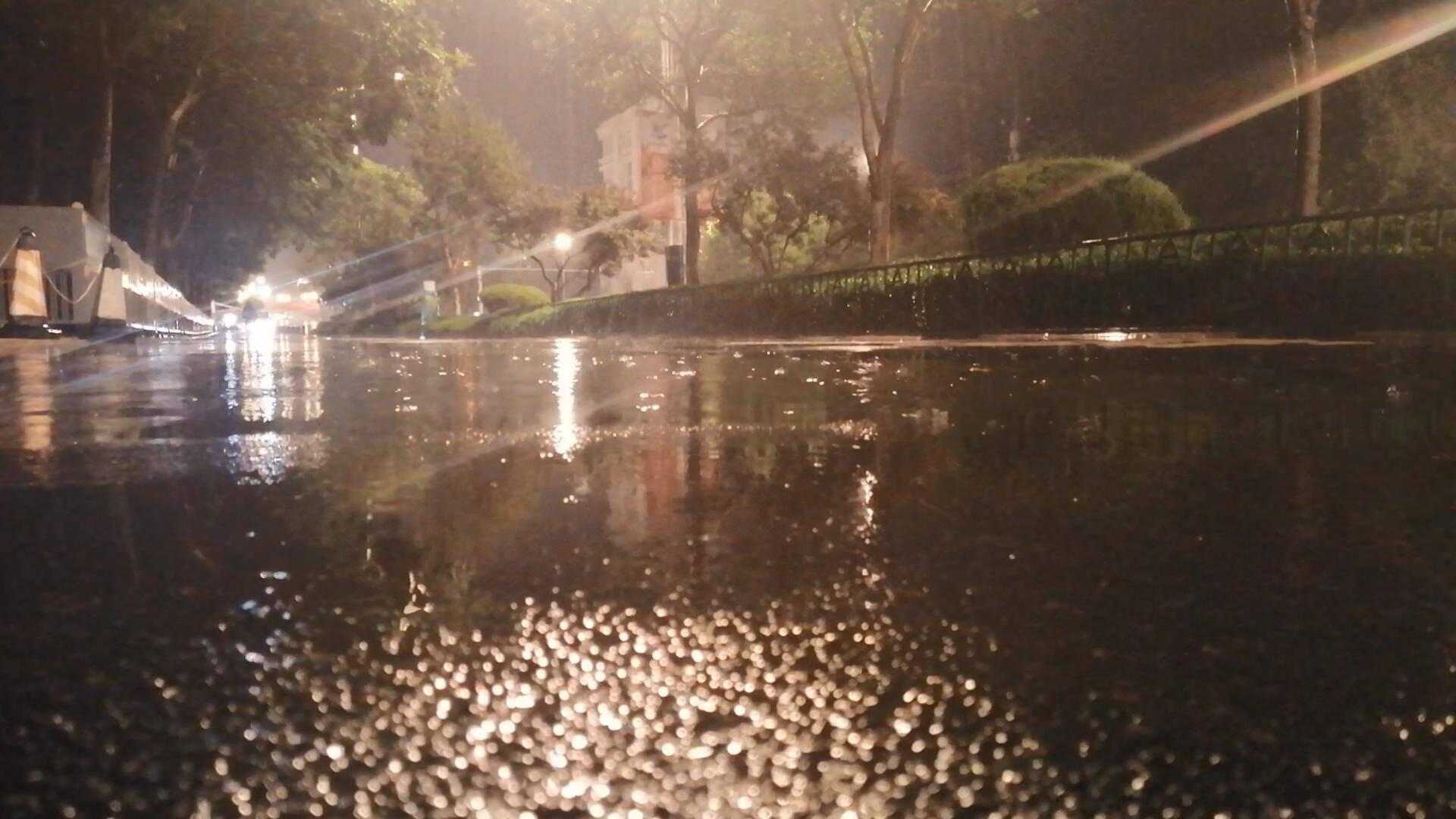 凌晨济南开始降雨、伴有闷雷和闪电不止,山东多地发布暴雨预警信号