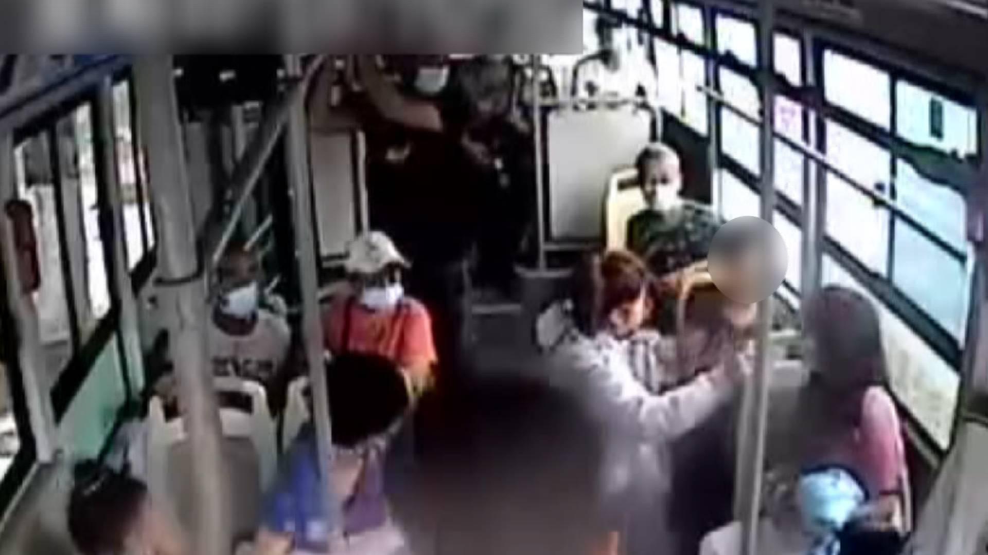 公交车上乘客突发不适 司机和其他乘客及时救助送医