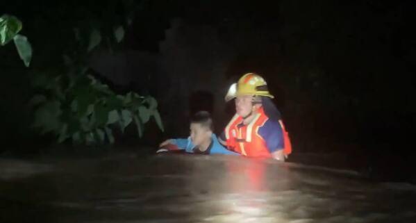 暴雨夜袭村庄8名群众被困 枣庄消防紧急救援