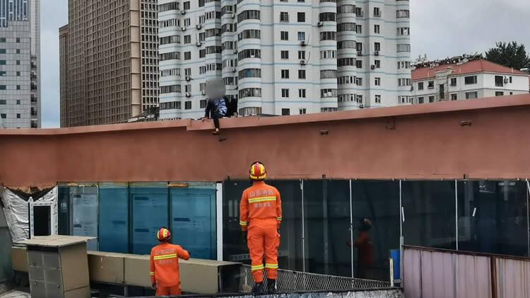 醉酒女子爬上楼顶被困 烟台消防三方位配合紧急救援