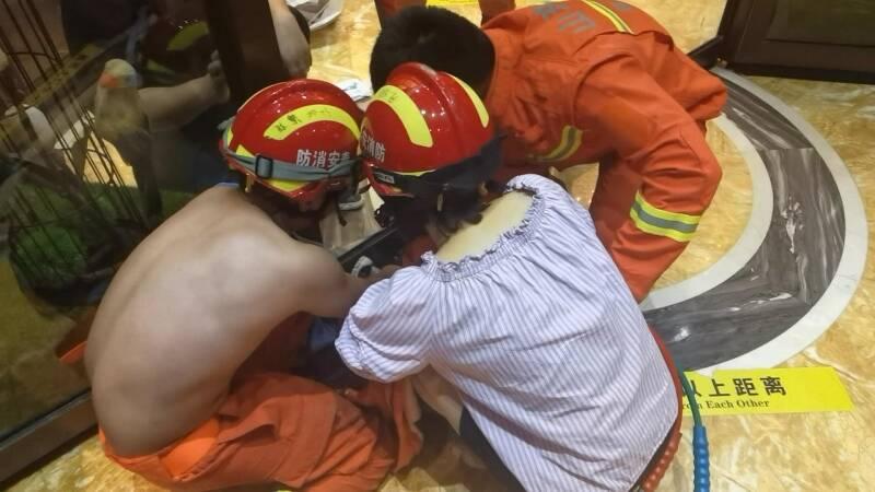 泰安一3岁男童贪玩脚卡旋转门  消防急救援