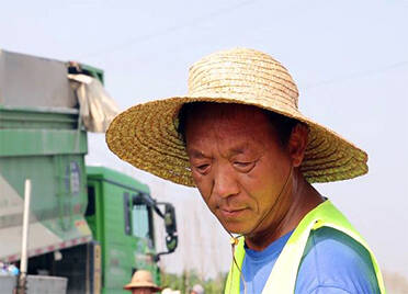致敬高温下的劳动者 | 德州德武路施工现场备足防暑物品 确保一线人员健康