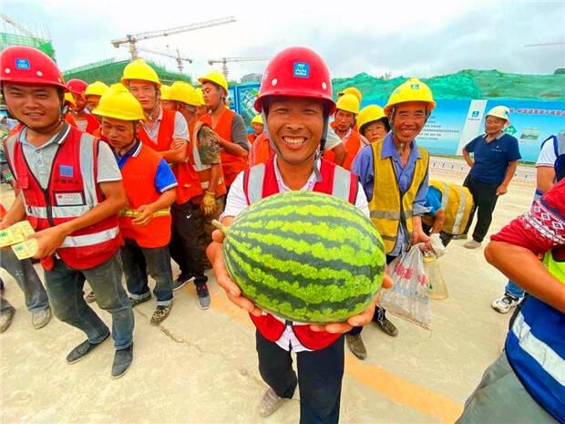 """赞!青岛这个工地900多名建筑工人收到""""夏日清凉大礼包"""""""