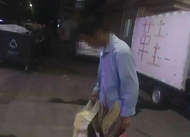 东营:保洁员潜入女厕所偷拍  被抓后竟将手机藏在鞋里